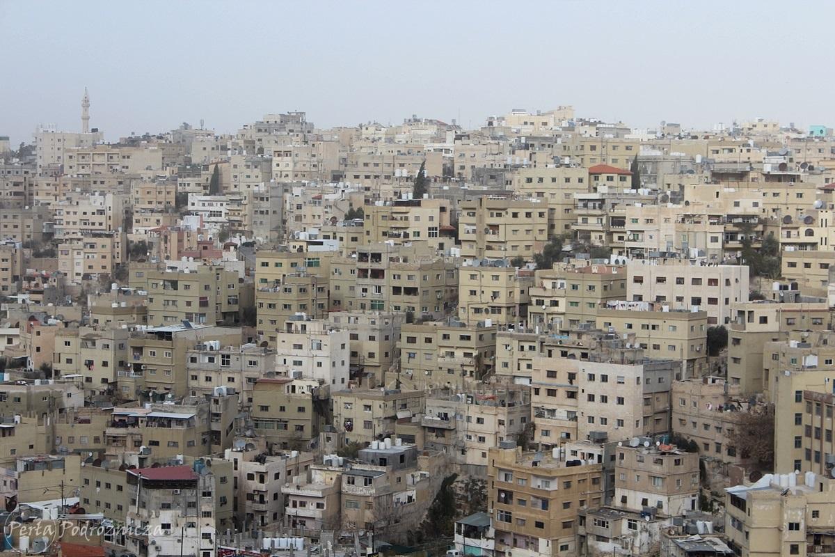 Gęsto ściśnięta zabudowa Ammanu
