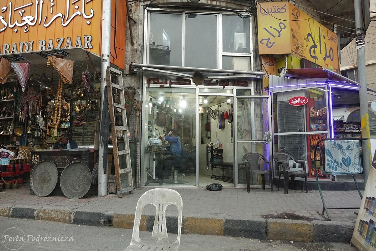 Ulica w Ammanie z licznymi punktami usługowymi - tutaj fryzjer