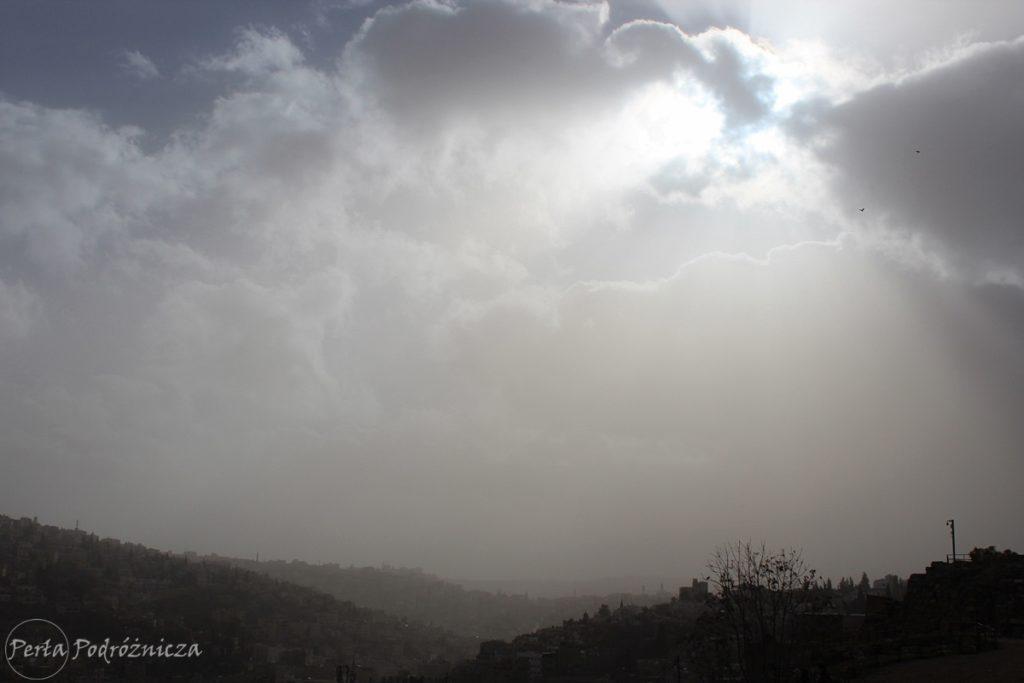 Słońce wygląda zza chmur nad Ammanem