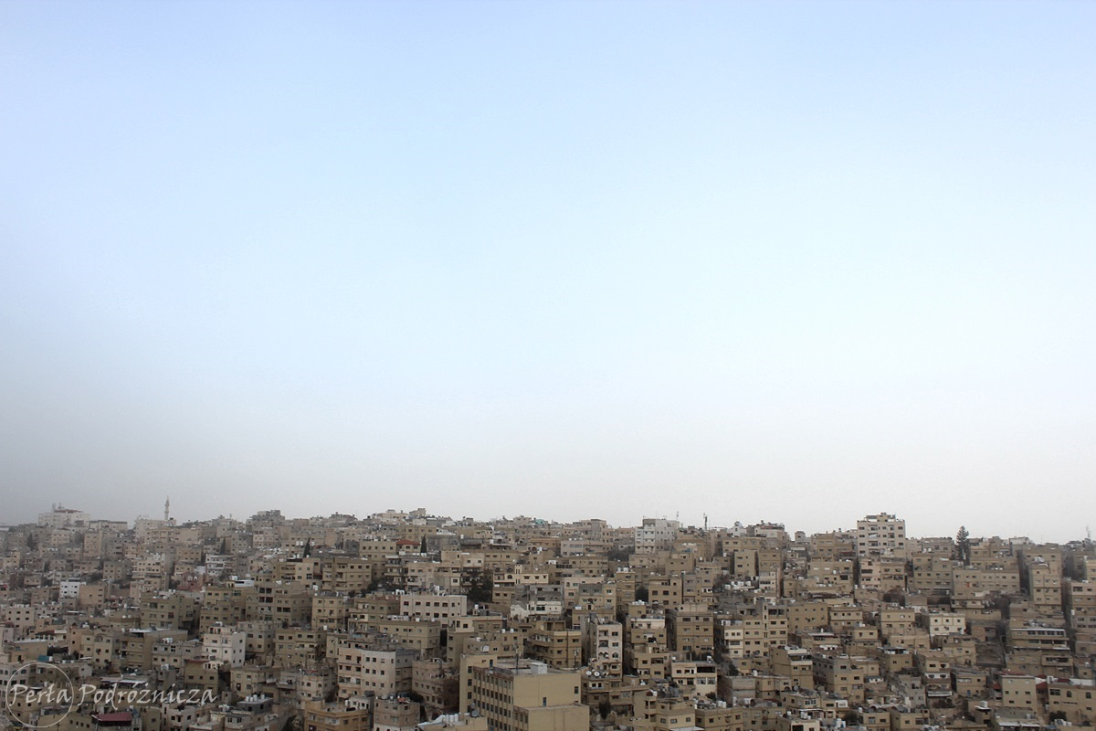 Podobne do siebie budynki Ammanu w piaskowym kolorze