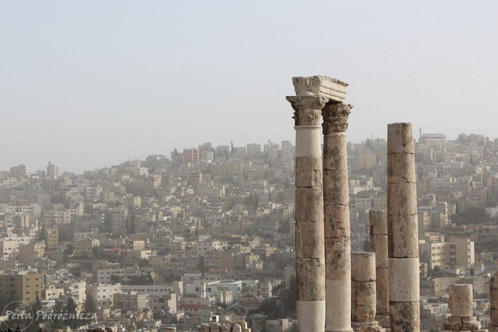 Starożytne ruiny na tle współczesnej zabudowy Ammanu