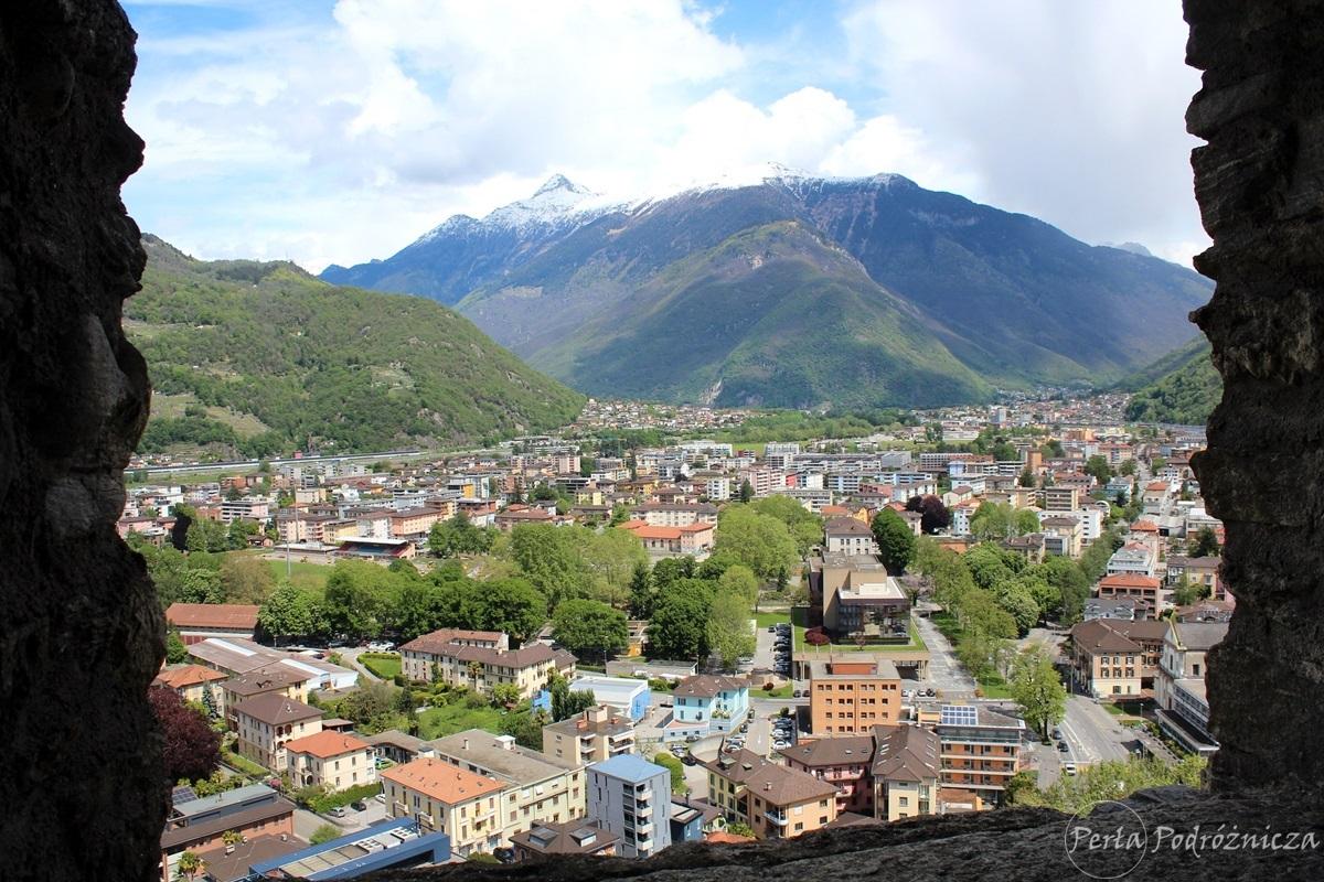 Widok na miasto Bellinzona z wieży zamkowej