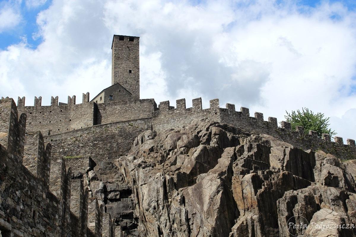 Zamek i mury obronne na skale