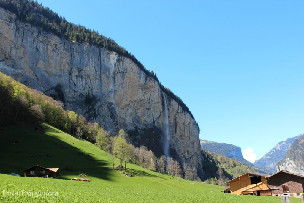 Widok na wodospad spadający ze strromego zbocza doliny Lauterbrunnen