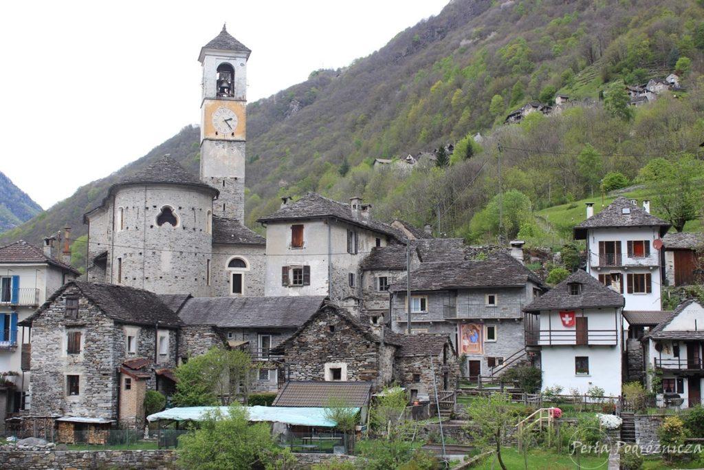 Kamienne zabudowania wioski Lavertezzo, w tym wystająca pomiędzy nimi wieża kościelna