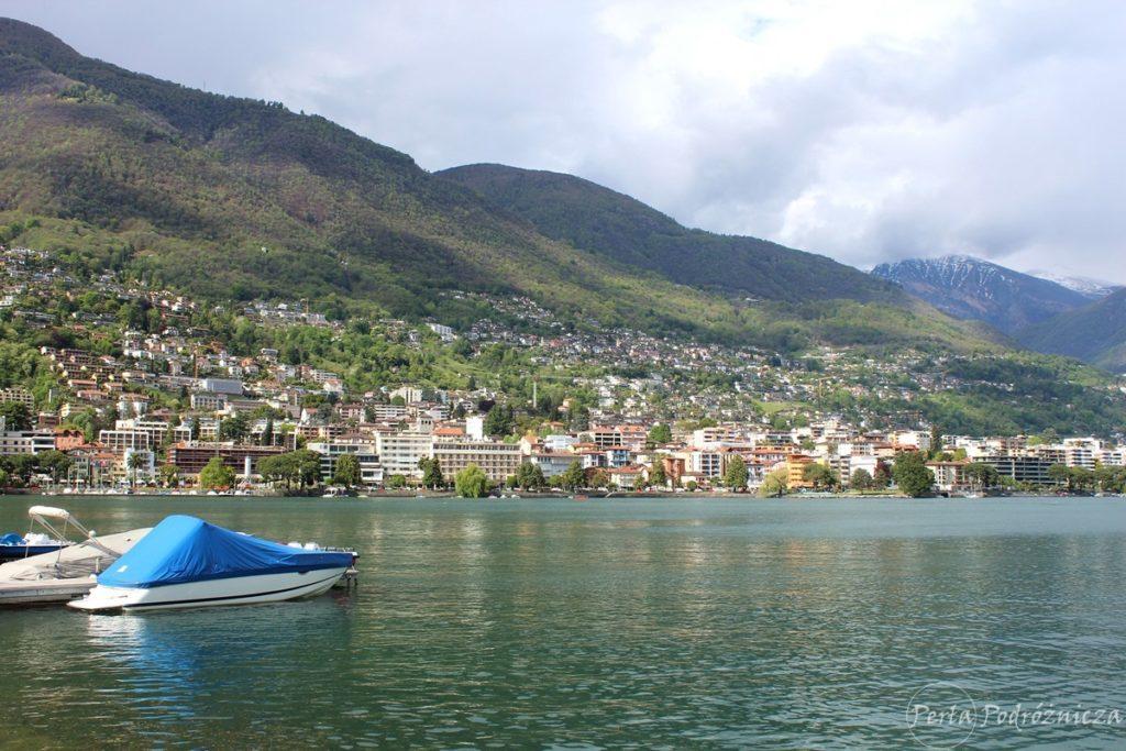 Jezioro nad brzegiem którego znajduje się zabudowa miasta Locarno wspinająca się na zbocza