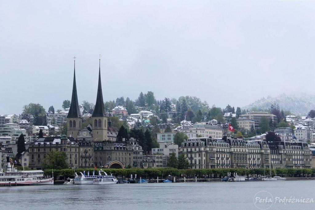 Zabudowania miasta Lucerna pokryte śniegiem