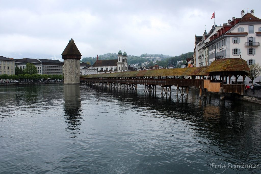 Widok na drewniany Most Kapliczny spinający dwa brzegi rzeki w Lucernie