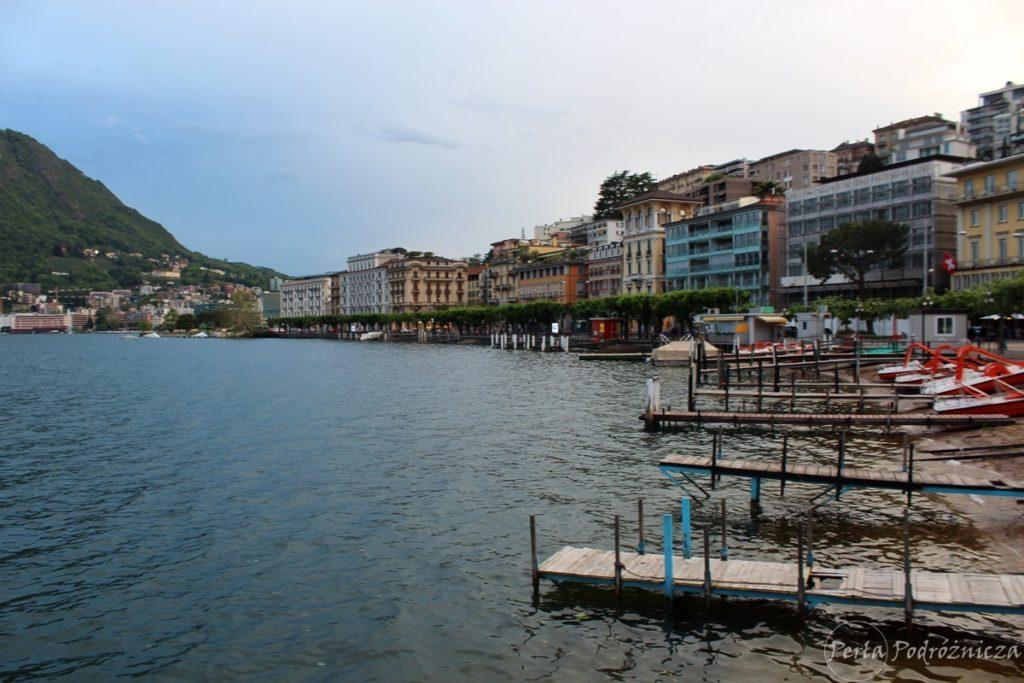 Nabrzeże jeziora Lugano z kolorowymi budynkami miasta o tej samej nazwie