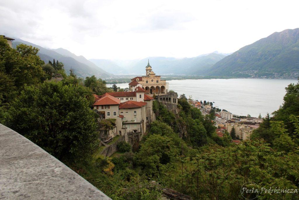 Kościół Madonna del Sasso umiejscowiony na skale nad miastem i jeziorem