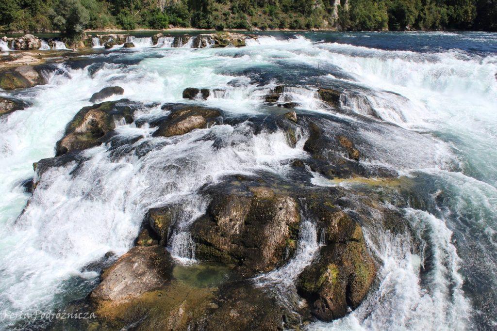 Wody rzeki Ren obmywające skały
