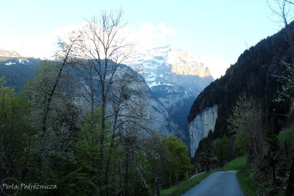 Przed wieczorem dolina Lauterbrunnen chowa się w cieniu