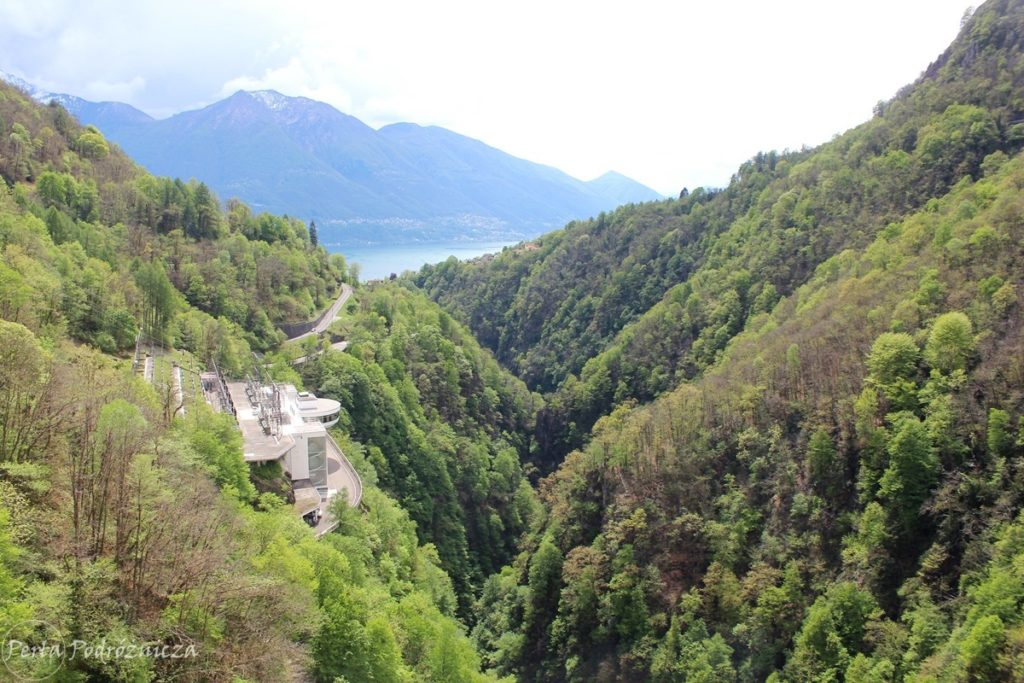 Dolina Verzasca zarośnięta lasem