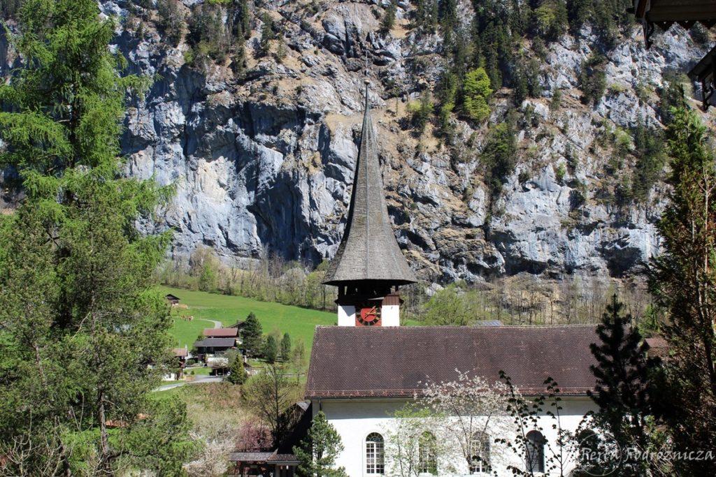 Widok na kościółek w dolinie z charakterystyczną strzelistą wieżyczką