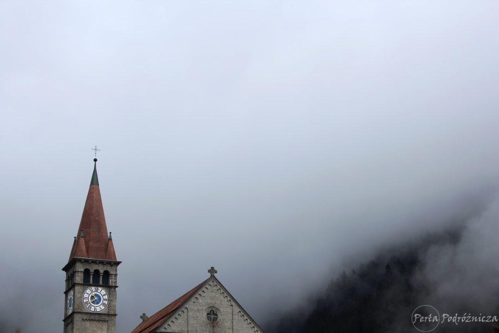 Wieża kościółka, z tle mgła zakrywająca góry