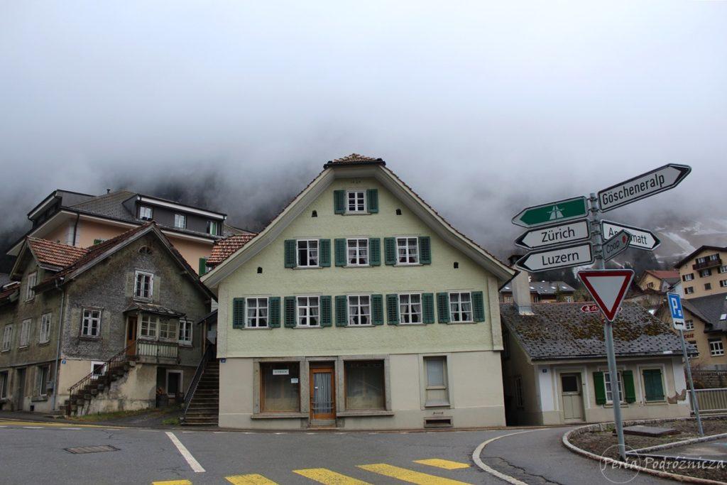 Widok na stare zabudowania miasteczka, a w tle mgła okrywająca zbocza gór