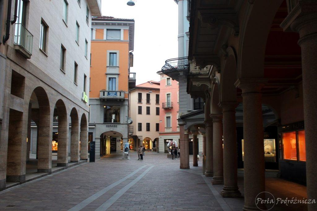 Zadbana uliczka Lugano z kolorowymi budynkami