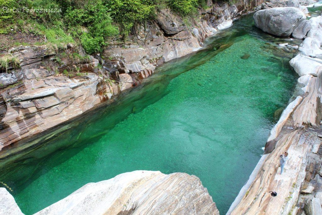 Niezwykły, turkusowy kolor wody w rzece Verzasca