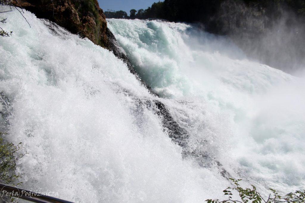 Hucząca woda w wodospadzie widoczna z bardzo bliskiej odległości