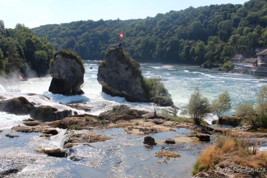 Widok na skały przy wodospadzie, gdzie znajdują się punkty widokowe zlokalizowane tuż przy wodospadzie